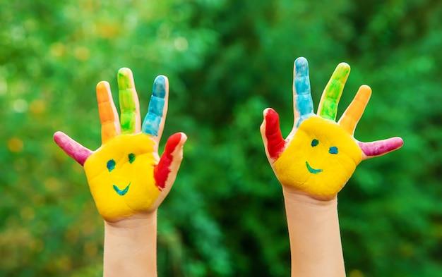 Детские руки в цветах. летнее фото. выборочный фокус. Premium Фотографии