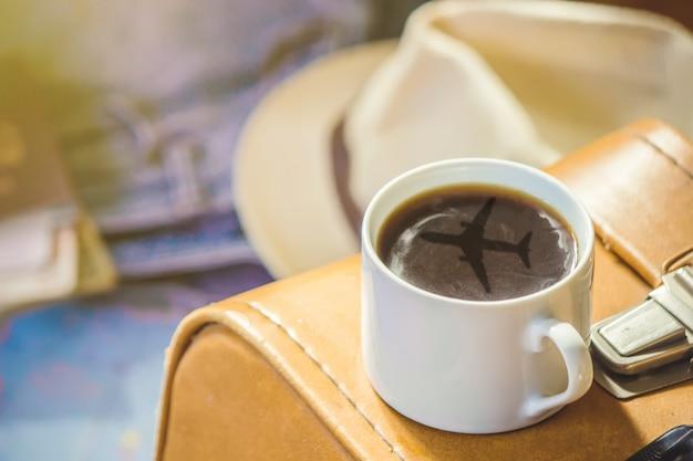 旅の背景、一杯のコーヒーに映るもの地図。セレクティブフォーカス Premium写真