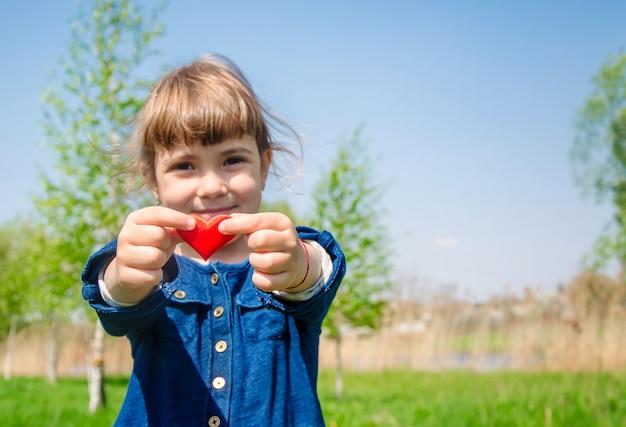 Сердце в руках ребенка Premium Фотографии
