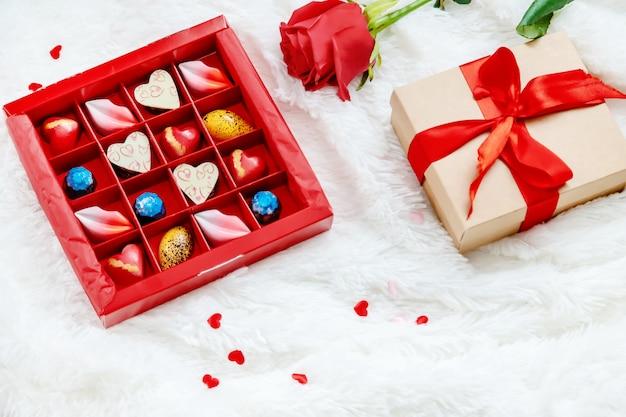 最愛の人のための甘い贈り物。セレクティブフォーカス Premium写真