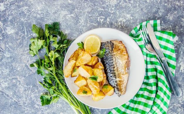 焼き魚のサバとポテト。セレクティブフォーカス Premium写真