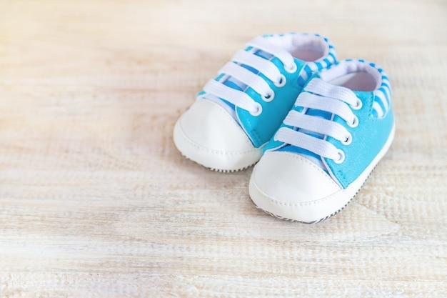 Красивый нежный фон, аксессуары новорожденного. выборочный фокус. Premium Фотографии