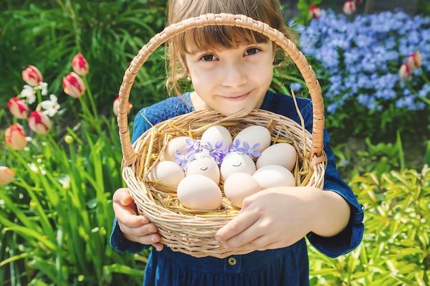 Домашние яйца с красивыми лицами и улыбкой. Premium Фотографии