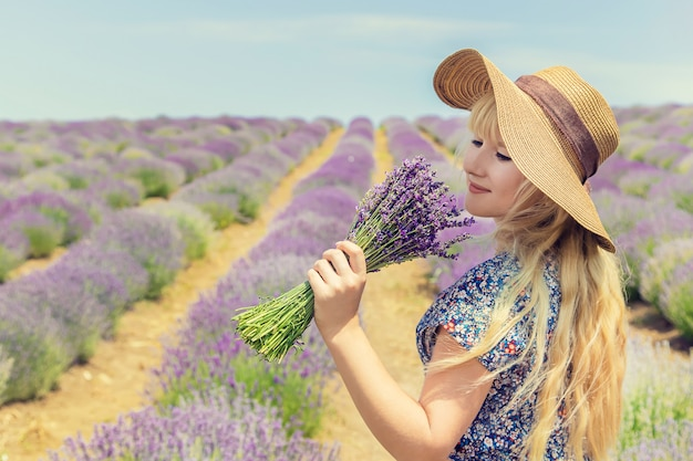 Девушка в цветущем поле лаванды. Premium Фотографии