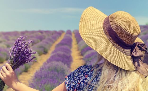 ラベンダーの開花畑の少女。 Premium写真