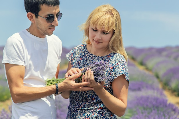 ラベンダーの咲く分野で恋人。 Premium写真