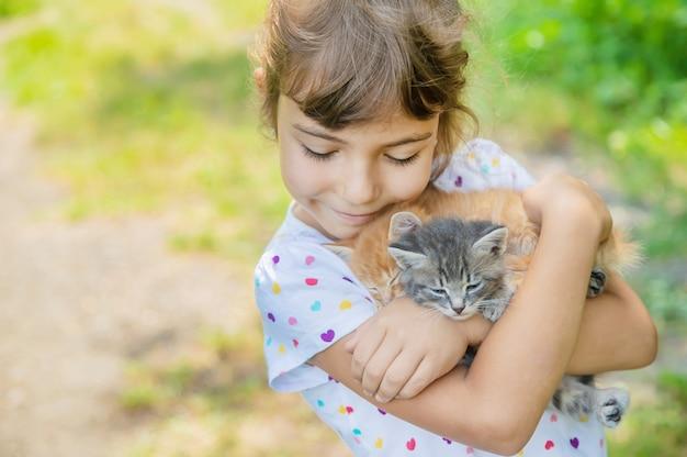 Маленькие котята в руках детей Premium Фотографии