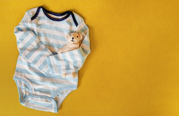 色付きの背景上の新生児のためのベビーアクセサリー。 Premium写真