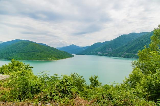 ジョージア、トビリシ。大きな貯水池エンドウ豆の湖。 Premium写真