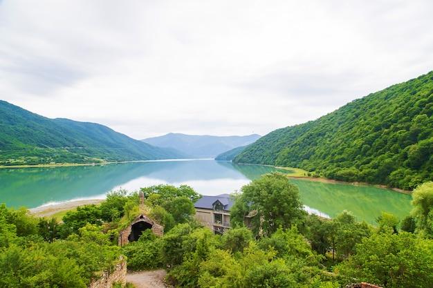 ジョージアアナヌリ修道院。大きな貯水池エンドウ豆の湖。 Premium写真
