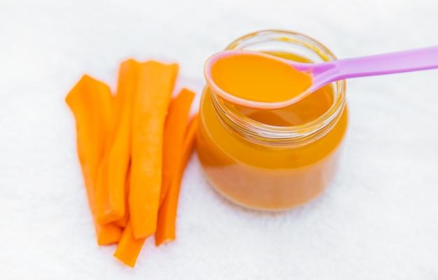 Детская еда. пюре из овощей и фруктов в банках Premium Фотографии