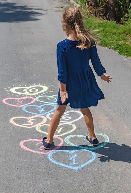 舗装上の子供の石けり遊び Premium写真