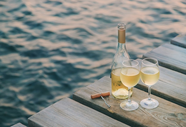海辺でワインを飲む Premium写真