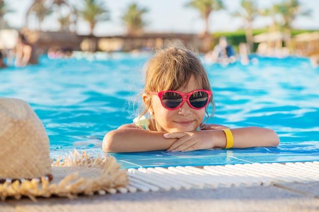 Молодая девушка отдыхает в бассейне Premium Фотографии