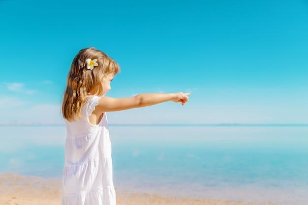 Ребенок на пляже. морской берег. выборочный фокус. Premium Фотографии