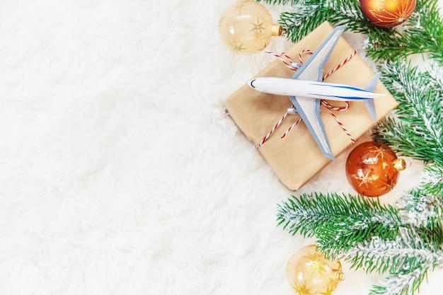 旅行をテーマにしたクリスマスプレゼント Premium写真