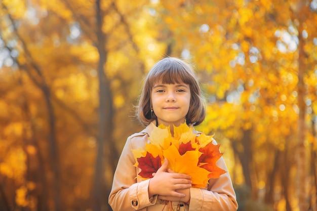 秋の公園で子供たちを残します。セレクティブフォーカス。 Premium写真