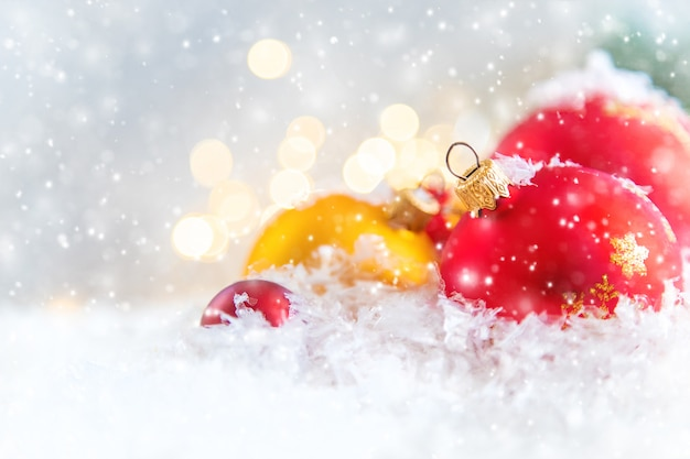 メリークリスマスと新年あけましておめでとうございます、休日のグリーティングカードの背景。 Premium写真