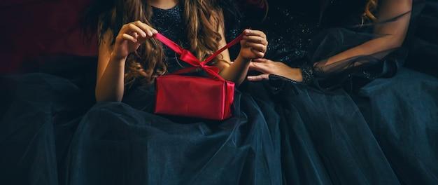 休日のプレゼントを持つ少女。 Premium写真