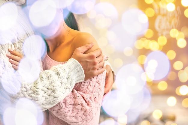 愛好家の男性と女性のクリスマスの背景、選択と集中。 Premium写真