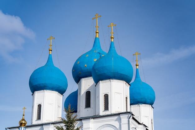 Синие купола русской православной церкви в высоцком монастыре Premium Фотографии