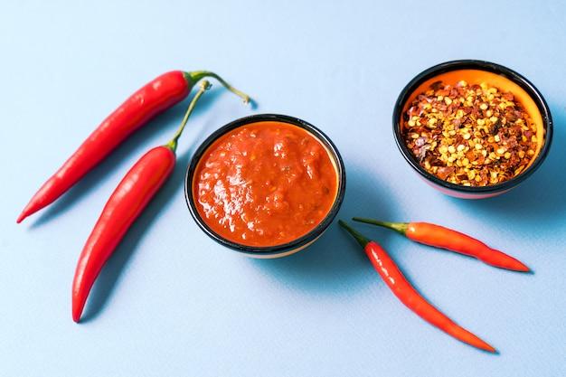 自家製の赤いハリッサペースト、唐辛子のスパイス、新鮮な赤唐辛子。 Premium写真