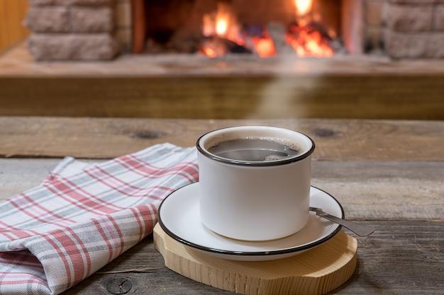 Уютный камин и чашка чая, на даче, зимние каникулы. Premium Фотографии
