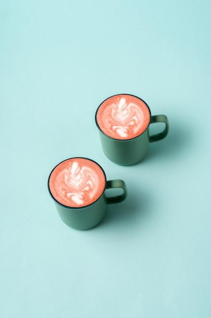 トレンディなネオミントカラーのコーヒーラテアート。 Premium写真