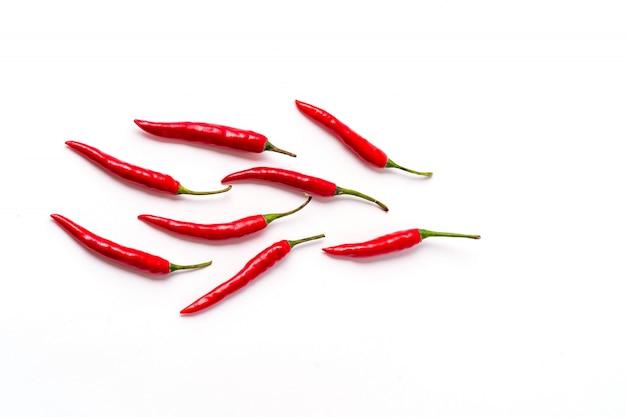 白で隔離される赤の新鮮な唐辛子パターン。 Premium写真