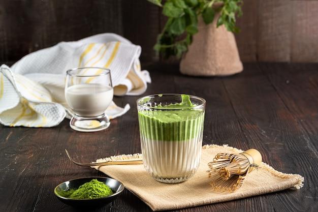 抹茶と抹茶の抹茶抹茶ラテ Premium写真