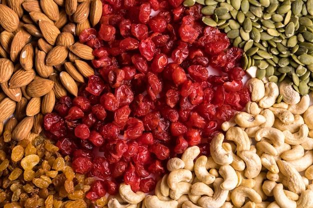 Вид сверху коллекции суперпродуктов и орехов Premium Фотографии