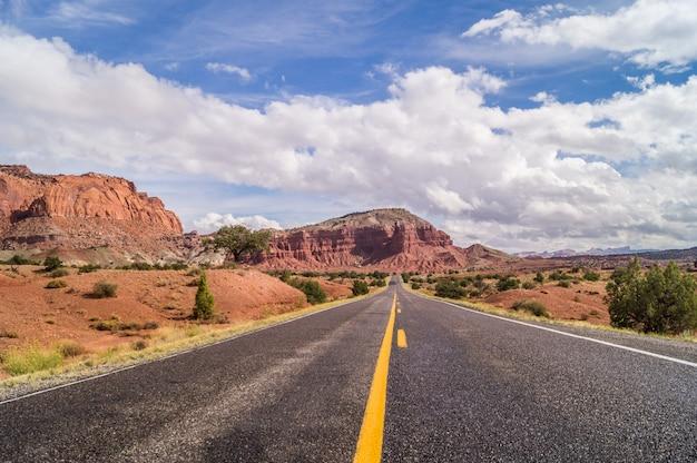 アメリカ南西部の雄大な道 Premium写真