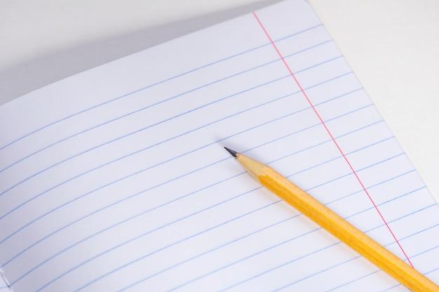 学校のノートと明るい背景に鉛筆。 Premium写真