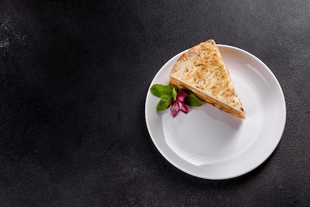 Свежий вкусный морковный пирог с кремом на темном фоне. морковный пирог с взбитой глазурью Premium Фотографии
