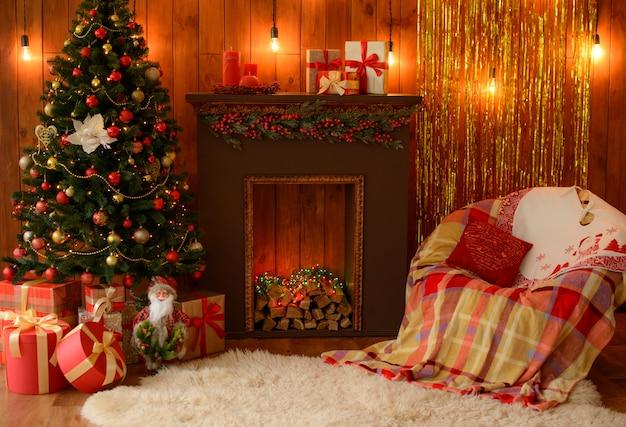 ギフト用の箱とクリスマスの火のクリスマスインテリア。背景として使用することができます Premium写真