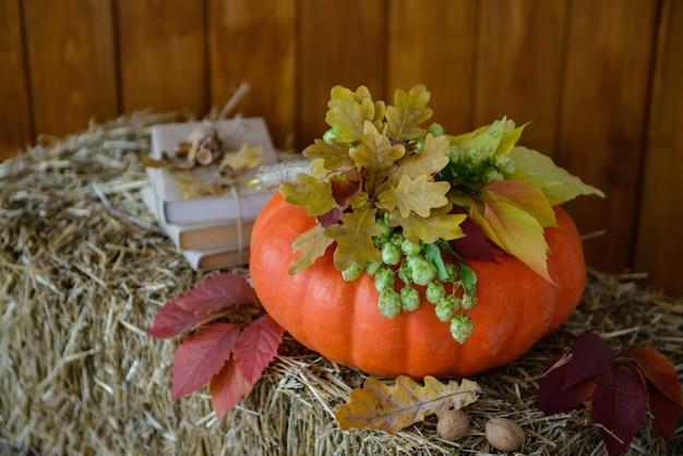 カボチャと秋の風景の要素としてのキャンドル Premium写真
