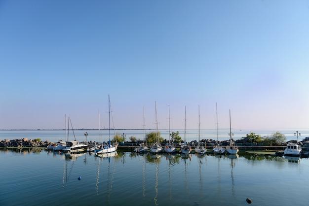 Причал яхт-клуба Premium Фотографии