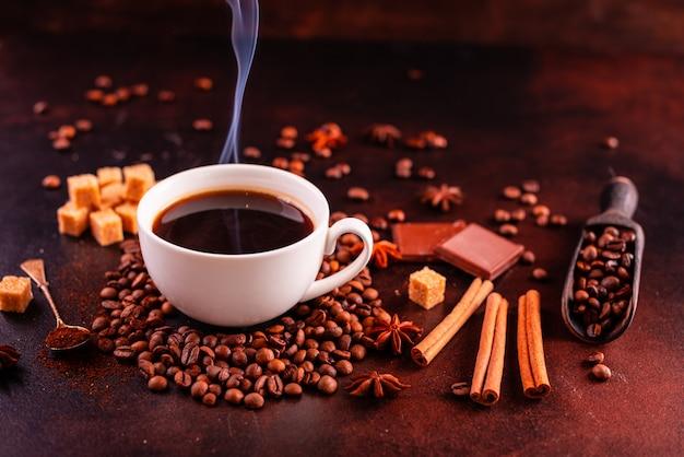 お菓子で爽快な朝のコーヒー。背景として使用することができます Premium写真