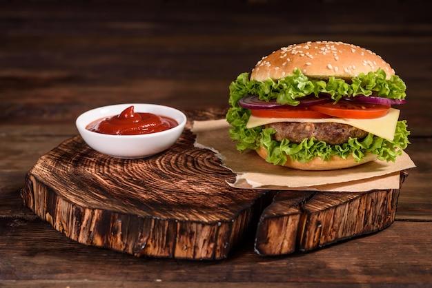 Вкусный домашний гамбургер на гриле с говядиной Premium Фотографии