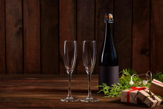 Рождественский праздник стол с бокалами и бутылкой Premium Фотографии