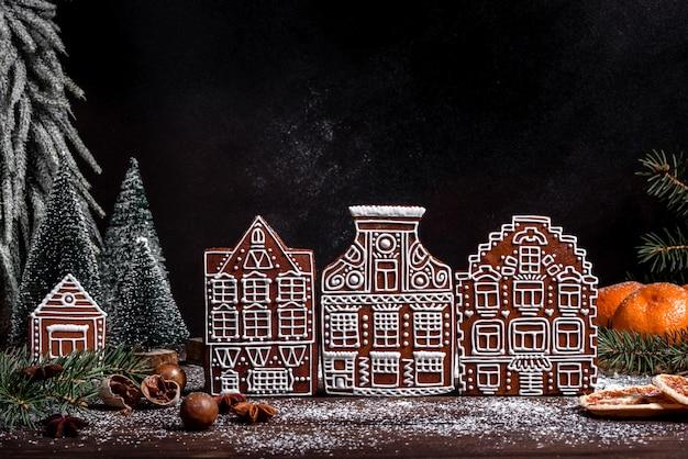 おいしいトリュフケーキと美しいジンジャーブレッドのクリスマスホリデーテーブル。クリスマスイブのお祝いムード Premium写真