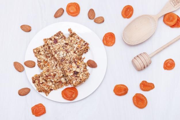 Супер-пуд завтрак мюсли с овсом, орехами, ягодами, фруктами. вид сверху, плоская планировка. Premium Фотографии