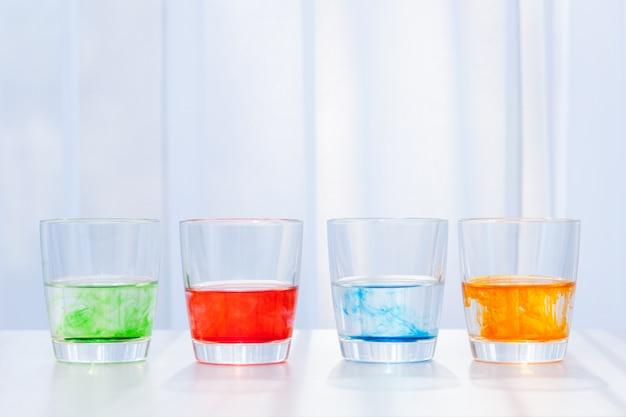 Очки с цветной жидкостью. химические опыты для детей. Premium Фотографии