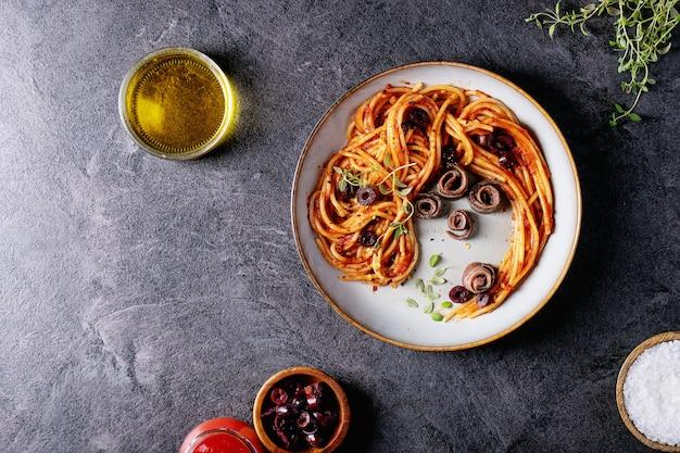 イタリアの定番スパゲッティアンチョビパスタ Premium写真