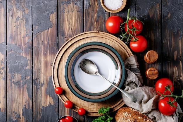 フレッシュトマトと空のセラミックプレート Premium写真
