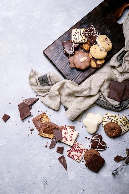 ダークチョコレートとキャンディー Premium写真