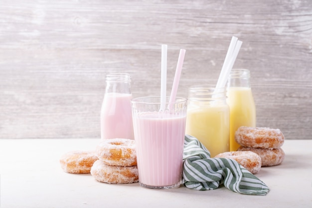 ミルクセーキ添えシュガードーナツ Premium写真