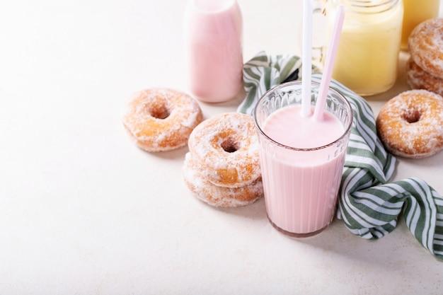 Сахарные пончики с молочными коктейлями Premium Фотографии
