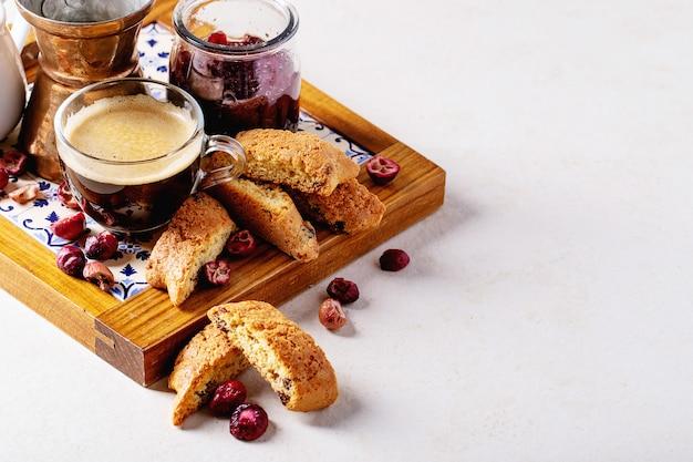 カントゥッチクッキーとコーヒー Premium写真