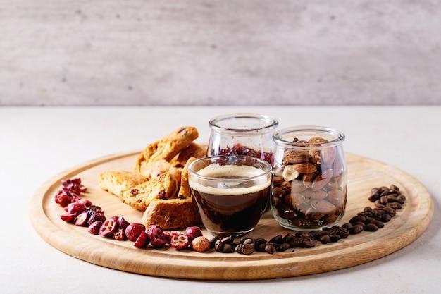 クランベリーカントゥッチとエスプレッソのコーヒー Premium写真